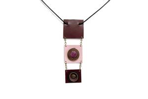 Կաշվե ձեռագործ կախազարդ վարդագույն քվարցով OH011